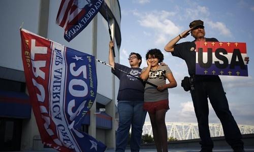 Cynthia Barten cùng chồng Ken Barten và cháu gái 12 tuổi là những người đầu tiên có mặt tại nơi diễn ra cuộc gặp gỡ cử tri của Trump ở Cincinnati, Ohio, Mỹ, hồi đầu tháng 8. Ảnh: WSJ.