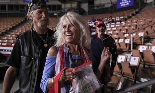 Libby DePiero, 64 tuổi, cùng chồng Brian, xuất hiện ở khu vực VIP tại sân khấu SNHU ở Manchester, bang New Hampshire, Mỹ, nơi tổ chức sự kiện vận động cử tri của Trump hồi giữa tháng 8. Ảnh: WSJ.