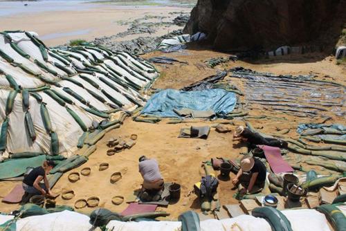 Các nhà khoa học tiến hành khai quật hàng trăm dấu chân tại Le Rozel. Ảnh: Telegraph.
