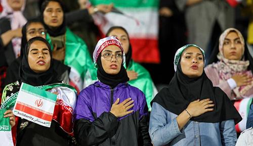 Một nhóm fan nữ hát quốc ca khi được chính quyền chọn lọc vào xem trận giao hữu bóng đá giữa Iran và Bolivia ở sân vận động Azadi,Tehran ngày 16/10/2018. Ảnh: ISNA