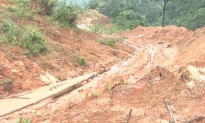 Nhiều tuyến đường sạt lở do mưa lớn