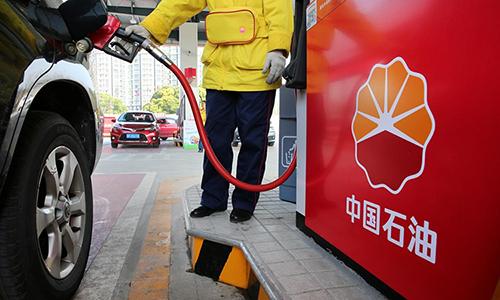 Nhân viên bơm xăng vàoxe của khách hàng tại một trạm xăng ở tỉnh Giang Tô, Trung Quốc ngày 28/3/2018. Ảnh: Reuters.