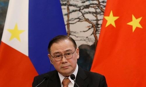 Ngoại trưởng Philippines Teodoro Locsin trong cuộc họp báo ở Bắc Kinh, Trung Quốc, ngày 20/3. Ảnh: Reuters.