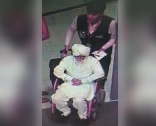 Jayesh Patelcải trang thành cụ ông ngồi xe lăn ở sân bay quốc tế Gandhi hôm 8/9. Ảnh: CISF