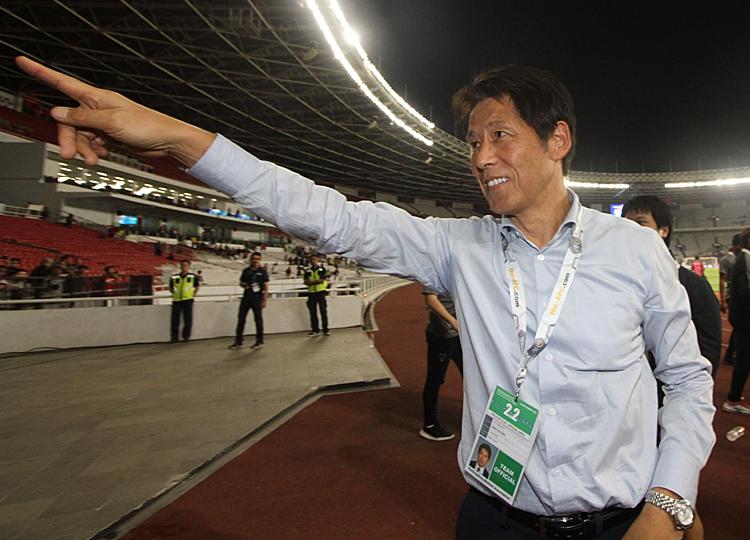 Ông Nishino phấn khởi sau chiến thắng trên đất Indonesia. Ảnh: Siam.