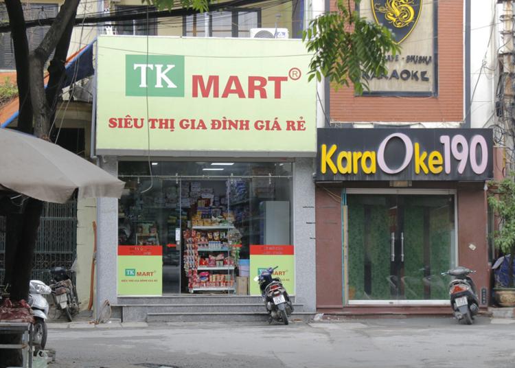 Cửa hàng TK Mart của gia đình anh Thọ vắng khách sau vụ cháy. Ảnh: Thanh Hằng