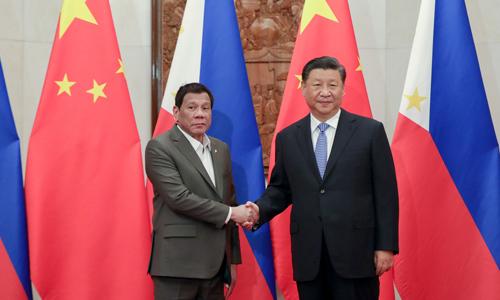 Chủ tịch Trung Quốc Tập Cận Bình (phải) và Tổng thống Philippines Duterte tại Nhà khách Điếu Ngư Đài ở Bắc Kinh hôm 29/8. Ảnh: Inquirer.