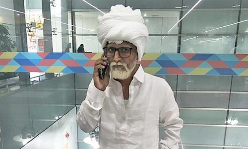 Jayesh Patelcải trang thành cụ ông ở sân bay quốc tế Gandhi hôm 8/9. Ảnh: CISF