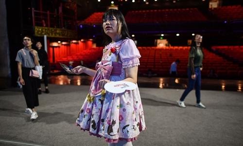Alice, thành viên của dàn hợp xướng Người chuyển giới, trong buổi tập luyện tại nhà hát ở Thành Đô, Tứ Xuyên, hôm 30/8. Ảnh: AFP.