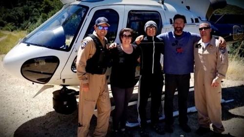 Krystal Ramirez (thứ hai bên trái), Hunter Whitson (giữa), Curtis Whitson (thứ hai bênphải), chụp ảnh cùng đội cứu hộsau khi được giải cứu. Ảnh: CBS.