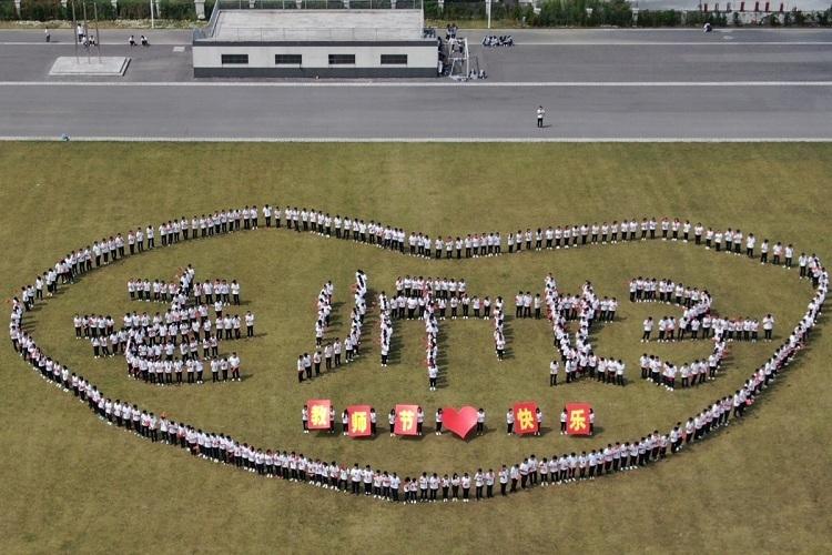 Các sinh viên tại trường Cao đẳng nghề kỹ thuật Dương Châu xếp chữ Xin chàovào ngày Nhà giáo. Ảnh: Handout