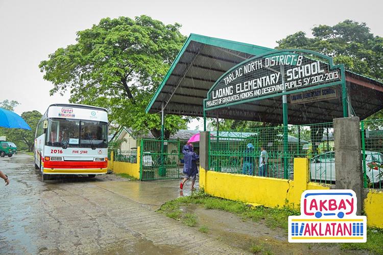Chiếc xe bus đỗ ở cổng trường Tiểu học Laoang. Ảnh: Lakbay Aklantan
