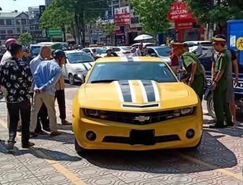 Tài xế bỏ lại xe trên vỉa hè ở đường Hùng Vương, phường Trần Phú. Ảnh: M.C