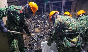 Hơn 100 người tẩy độc kho cháy Rạng Đông