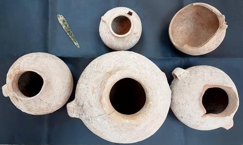 Lưỡi dao găm đồng và bình gốm 4.500 năm tuổi. Ảnh: Times of Israel.