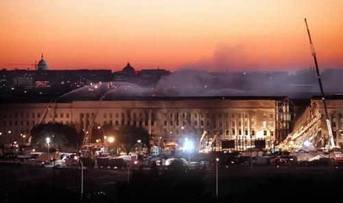 Lầu Năm Góc rạng sáng 12/9/2001. Ảnh: Washington Post.
