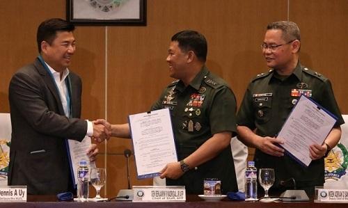 Dennis Uy (Ngoài cùng bên trái)ký thỏa thuận với lãnh đạo quân đội Philippines ngày 11/9 tại Manila. Ảnh: Philippines News.