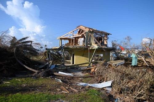 Các mảnh vỡ nằm quanh ngôi nhà bị hư hại sau bão Doriantrên đảo Abaco, Bahamas hôm 11/9. Ảnh: AFP.
