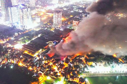 Đám cháy tại nhà kho của Công ty Rạng Đông ở Hà Nội hôm 28/8. Ảnh: Ngọc Thành.