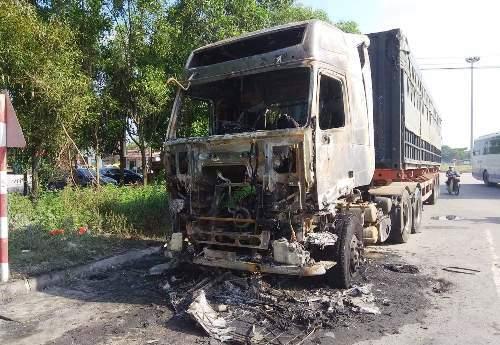 Sau khi cảnh sát PCCC có mặt dập tắt đám cháy, cả 2 chiếc xe đã bị cháy rụi. Ảnh: GC