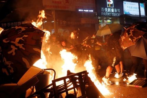 Người biểu tình Hong Kong đốt phá gần trạm cảnh sát Mong Kok hôm 7/9. Ảnh: Reuters.