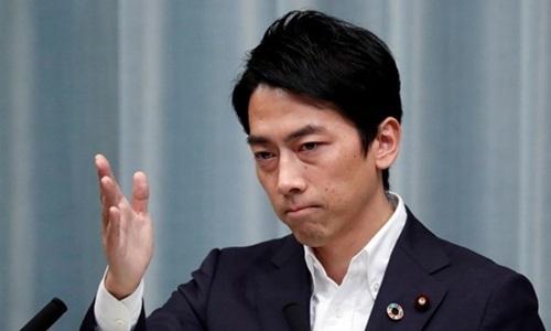 Tân Bộ trưởng Môi trường Nhật Bản Shinjiro Koizumi trong cuộc họp báo tại văn phòng Thủ tướng Shinzo Abe hôm 11/9. Ảnh: Reuters.