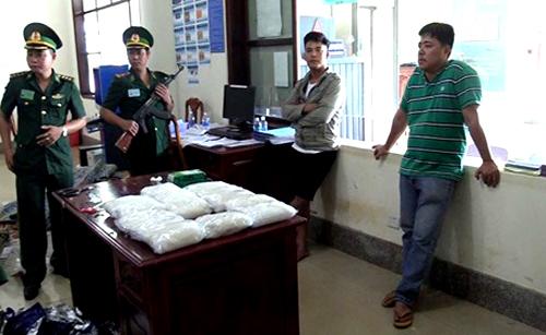 Các bịch ma túy được phát hiện trên xe khách. Ảnh: Văn Trăm.
