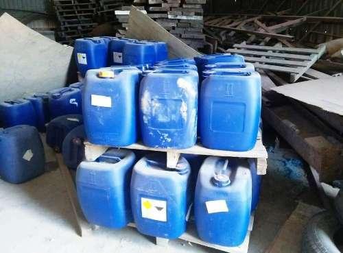 Các thùng hóa chất bị phát hiện ở phường Bùi Thị Xuân, TP Quy Nhơn hồi tháng 8. Ảnh: Trâm Anh.