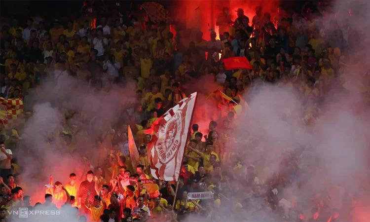 Pháo sáng rực cháy trên khán đài sân Hàng Đẫy hôm 11/9. Ảnh: Lâm Thỏa.