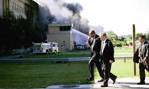 Donald H. Rumsfeld đi trở lại vào Lầu Năm Góc sau khi giúp đỡ người bị thương tại hiện trường vụ tấn công ngày 11/9/2011. Ảnh: Bộ Quốc phòng Mỹ.