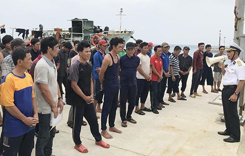 46 ngư dân trên tàu cá Quảng Ngãi gặp nạn được đưa vào đảo s