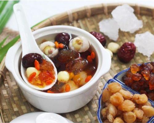 Chè dưỡng nhan được chế biến từ nhiều nguyên liệu quý.