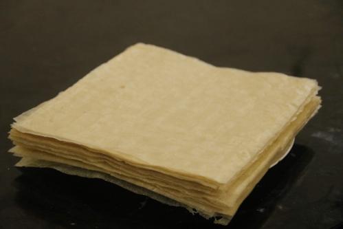 Bánh đa nem Thạch Hưng thường có màu vàng cánh dán, mỏng dai, khi rán lên rất giòn. Ảnh: Dương Lan.