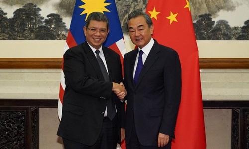 Ngoại trưởng Malaysia Saifuddin Abdullah (trái) và Ngoại trưởng Trung Quốc Vương Nghị tại Nhà khách Điếu Ngư Đài, Bắc Kinh, hôm 12/9. Ảnh: Reuters.
