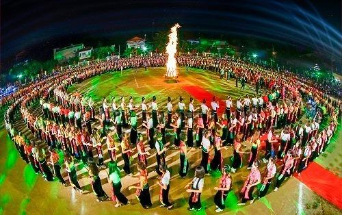 Múa xoè Thái tại lễ hội Mường Lò năm 2018.