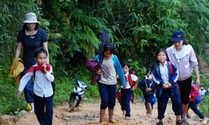 Giáo viên vượt đường lầy lội đón học sinh đến lớp