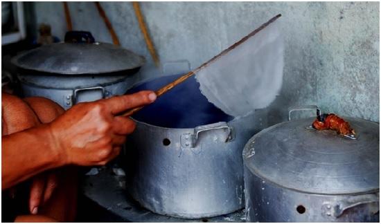 Bánh cuốn Thanh Trì mỏng mềm nhưng không nát, khi ăn có vị thanh và mộc. Vì vậy, người tráng bánh phải canh bánh chín tới, mềm vừa phải.