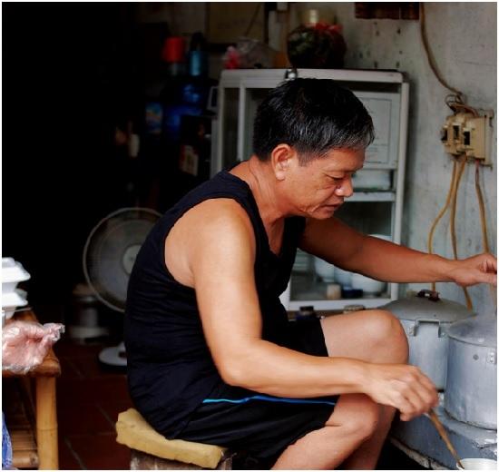 Các hộ gia đình làm bánh tại Thanh Trì thường có truyền thống làm bánh lâu đời, truyền từ đời này sang đời khác. Bánh được tráng bởi những người có kinh nghiệm và đôi tay khéo léo.