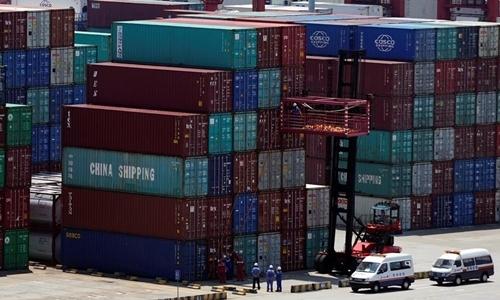 Container tại cảng ở Thượng Hải, Trung Quốc hồi tháng 8. Ảnh: Reuters.