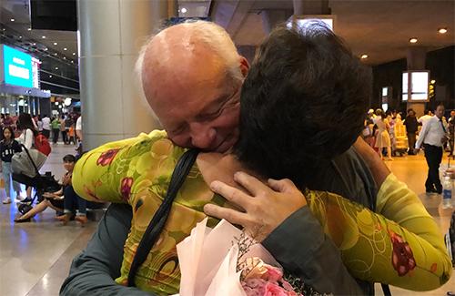 Cái ôm đầu tiên giữa ông Ken và bà Lan tại sân bay Tân Sơn Nhất, TPHCM, ngày 12/9 sau 50 năm xa cách. Ảnh: Hiền Đức.