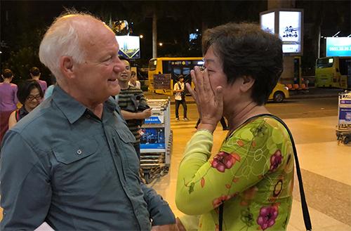 Bà Lan khóc khi lần đầu gặp lại ông Ken sau 50 năm tại sân bay Tân Sơn Nhất đêm 12/9. Ảnh: Hiền Đức.