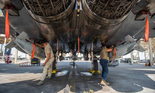 Kỹ thuật viên gắn bom GBU-31/B cho tiêm kích F-15E trước cuộc không kích. Ảnh: USAF.