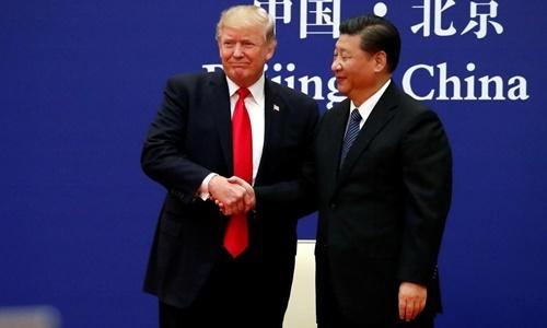 Tổng thống Mỹ Donald Trump (trái) và Chủ tịch Trung Quốc Tập Cận Bình trong cuộc gặp với các lãnh đạo doanh nghiệp tại Đại lễ đường Nhân dân ở Bắc Kinh hồi năm 2017. Ảnh: Reuters.