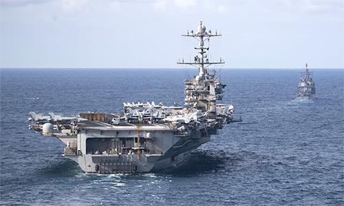 Tàu sân bay USS Harry S. Truman (CVN-75) (bên trái) và tuần dương hạm USS Normandy (CG-60) huấn luyện tại Đại Tây Dương ngày 18/7. Ảnh: US Navy.