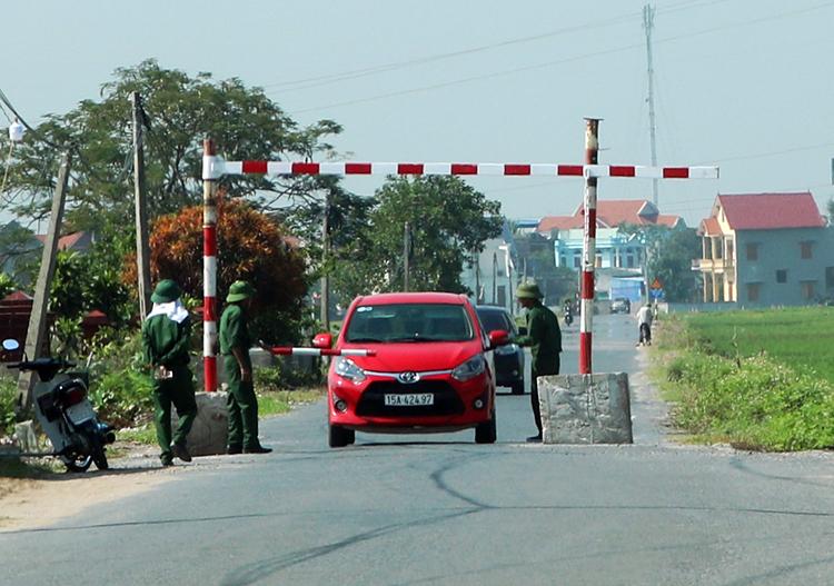 Điểm chốt chặn trên đường giao thông liên xã gần trụ sở UBND xã Lê Thiện, huyện An Dương. Ảnh: Giang Chinh