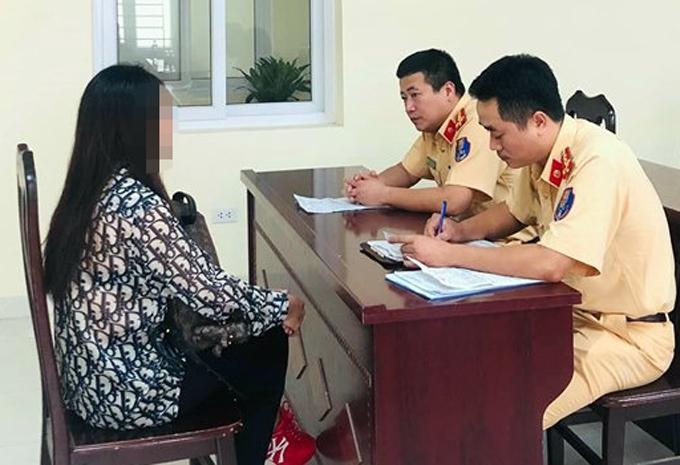 Nữ tài xế làm việc với cảnh sát giao thông hôm 13/9.Ảnh. Sơn Phương