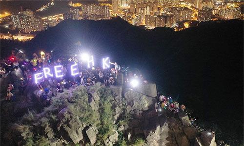 Người biểu tình Hong Kong tập trung ở Lion Rock hôm 13/9. Ảnh: SCMP.