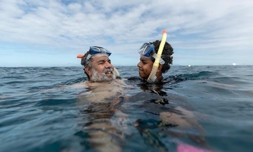 Murrumu Walubara và con trai tại Rạn san hô Great Barrier. Ảnh: NYTimes.