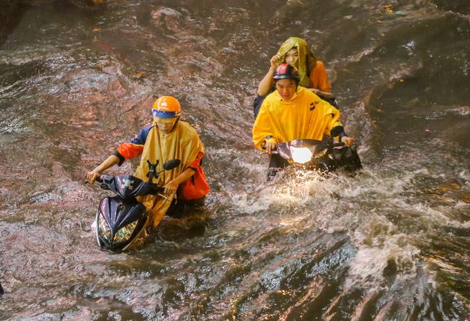Nhiều tuyến đường ngập nặng sau mưa lớn