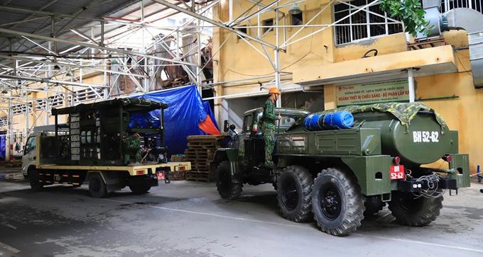 Lực lượng của Binh chủng Hoá học làm nhiệm vụ tại khu vực nhà kho Rạng Đông bị cháy. Ảnh: Ngọc Thành